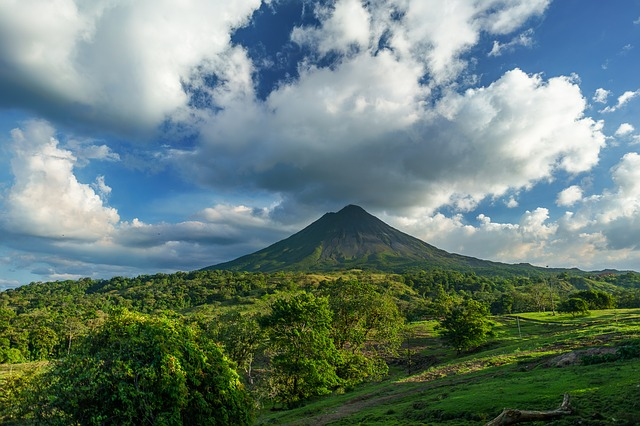 Volcano in Costa Rica (must-see travel destinations)